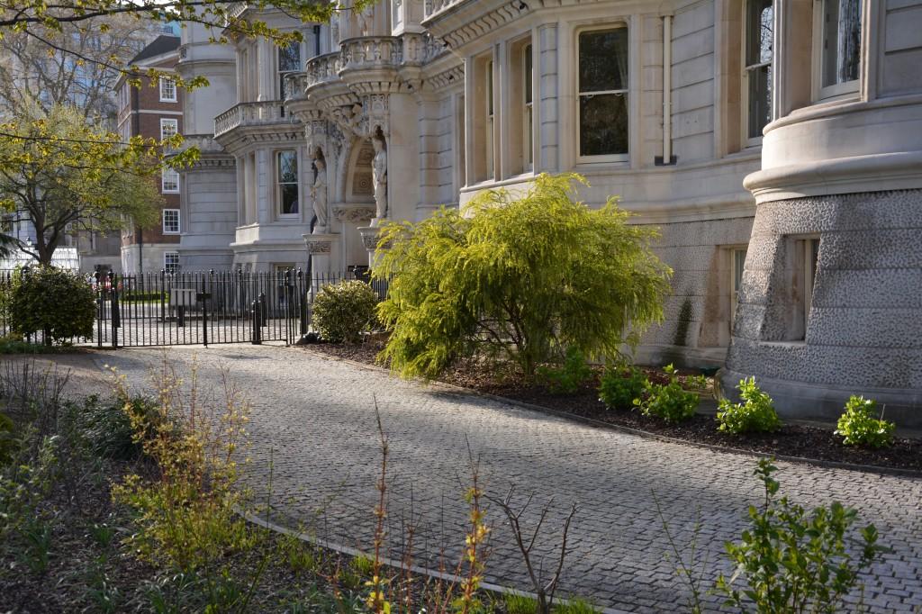 7-granite-setts-in-temple-gardens